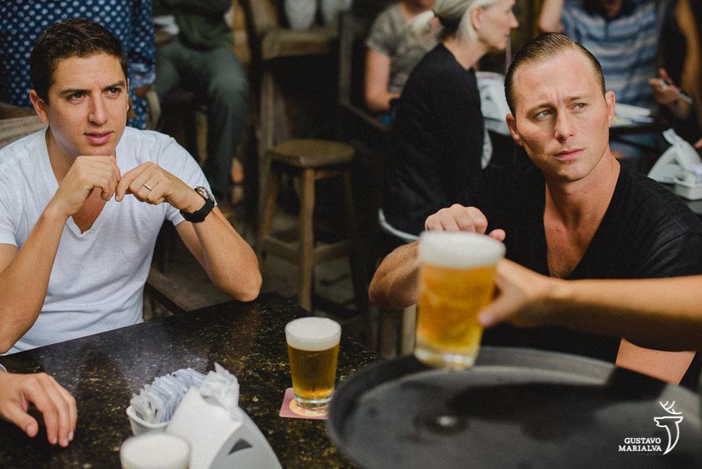 noivo bebendo cerveja no bar