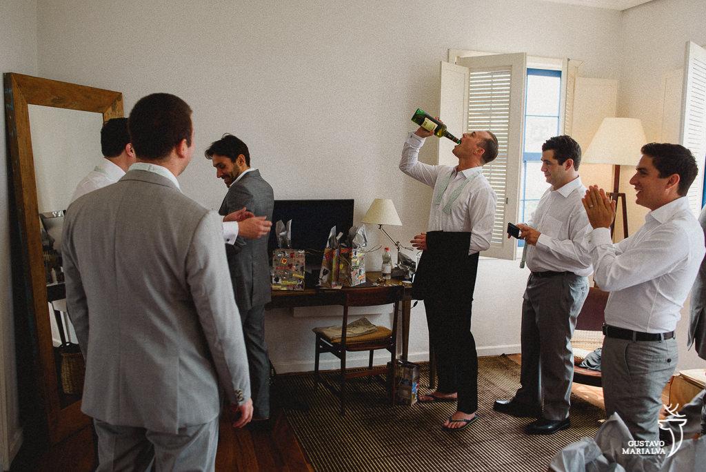 noivo beendo vinho