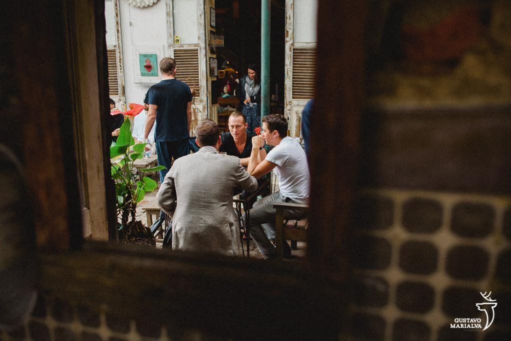 noivo com padrinhos em bar em santa teresa