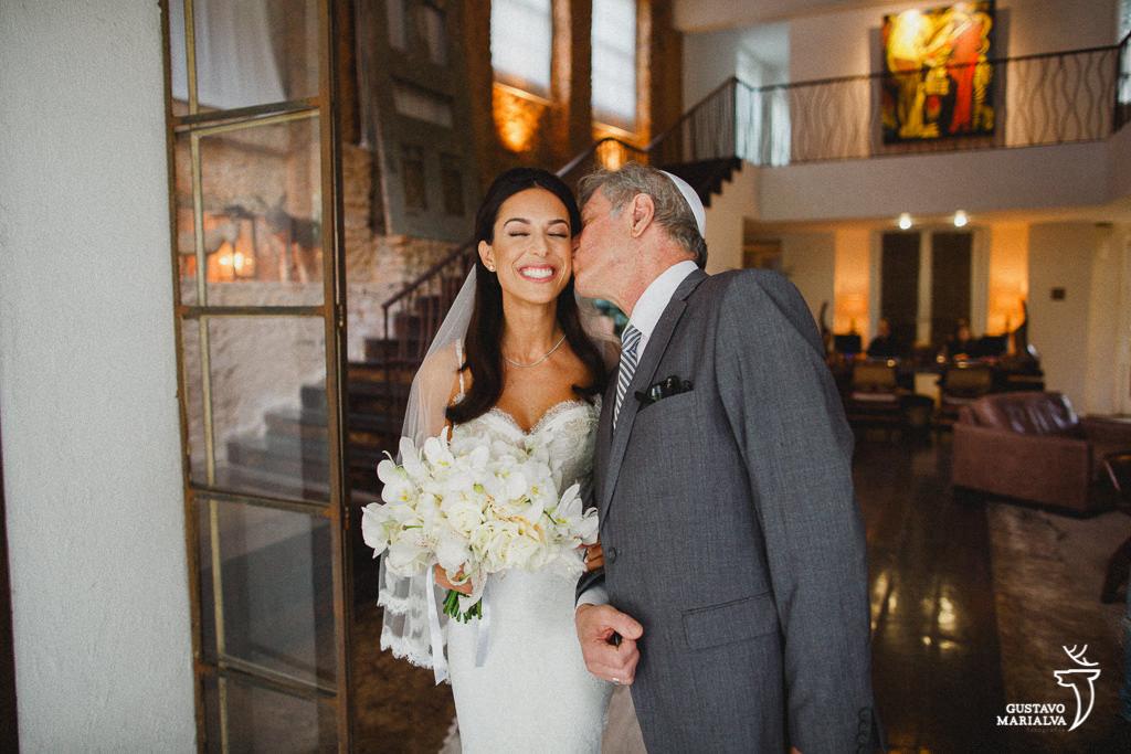 pai beijando a noiva