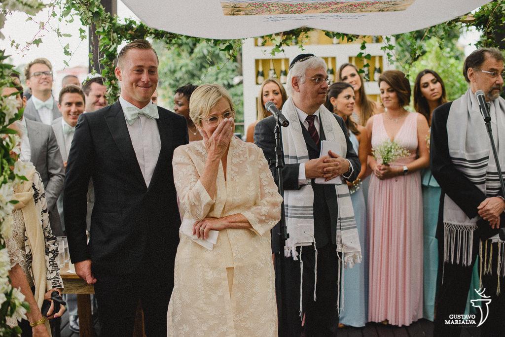 noivo e mãe se emocionando com a entrada da noiva