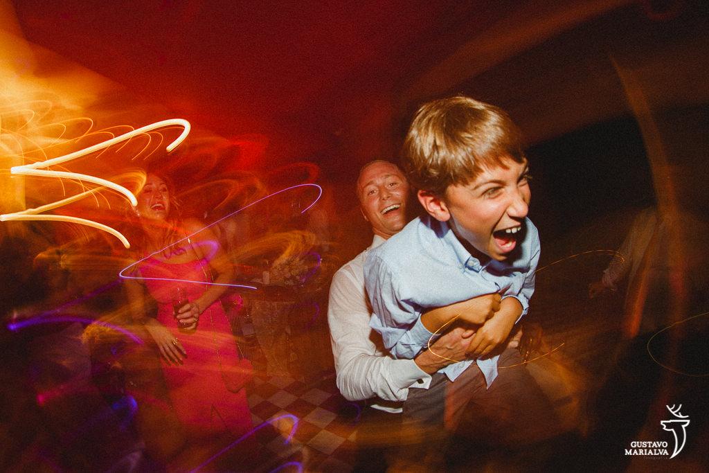criança dançando na festa