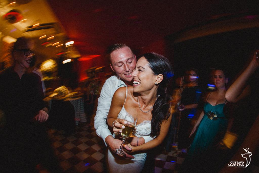 noivos se abraçando durante a festa