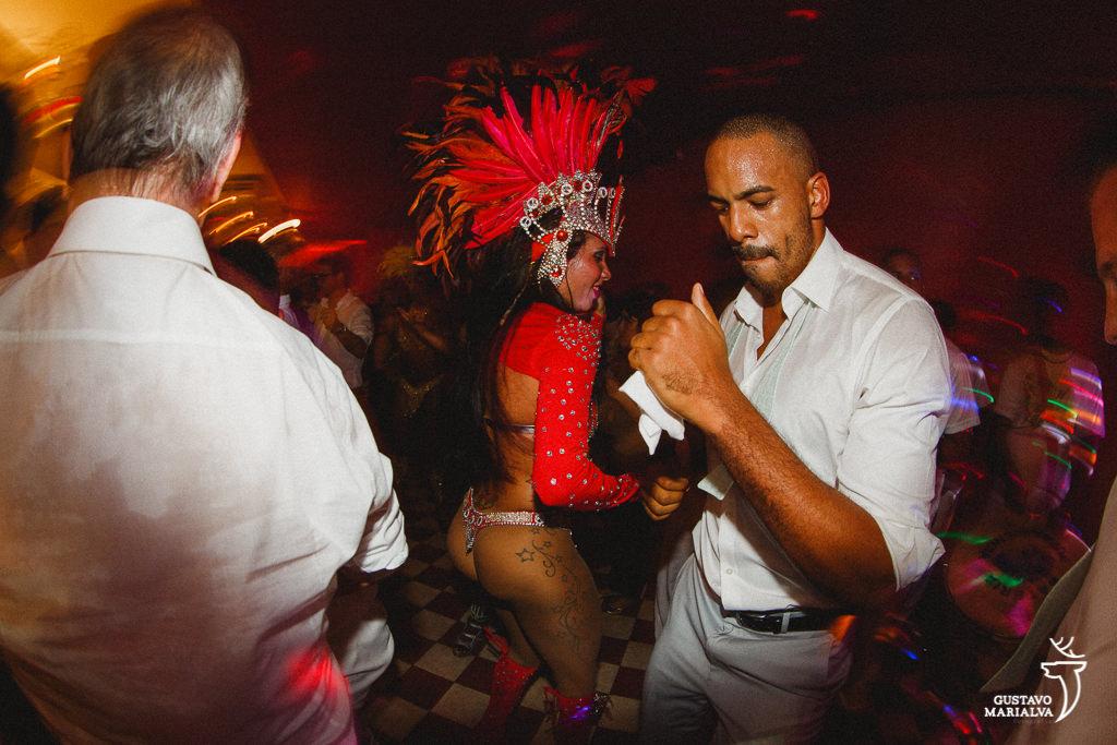 mulatas de escola de samba dançando