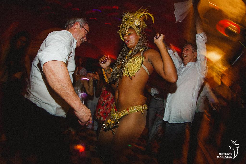 convidados dançando com mulata de escola de samba