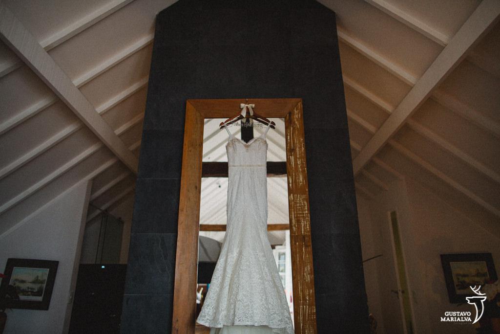 vestido da noiva pendurado no quarto do hotel santa teresa