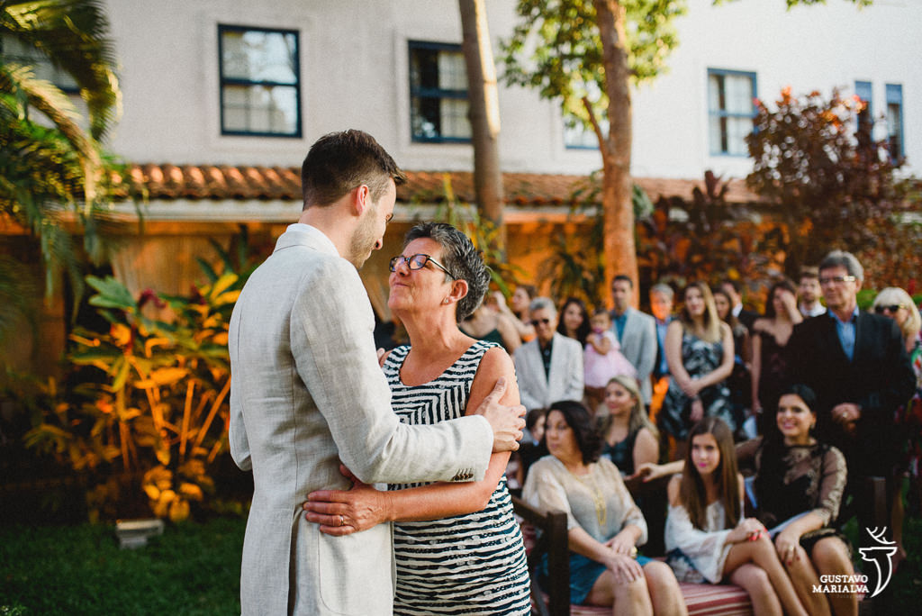 Mãe e noivo se abraçando