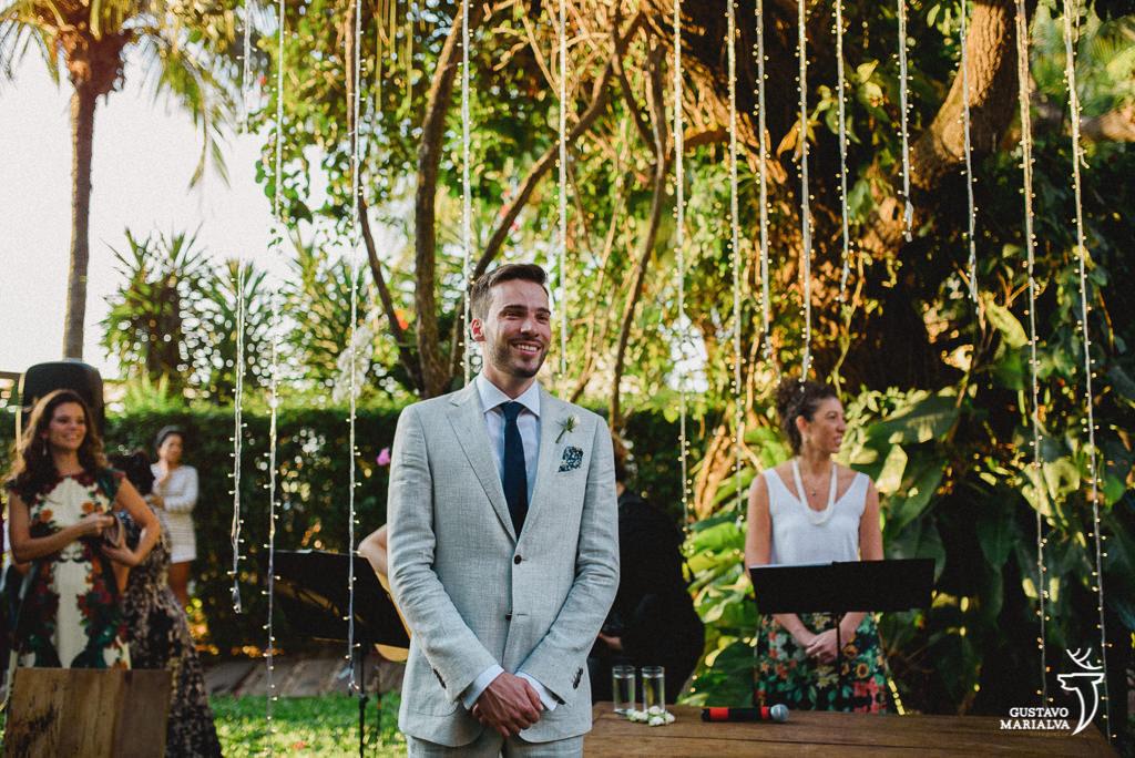 Noivo emocionado vendo a noiva entrar