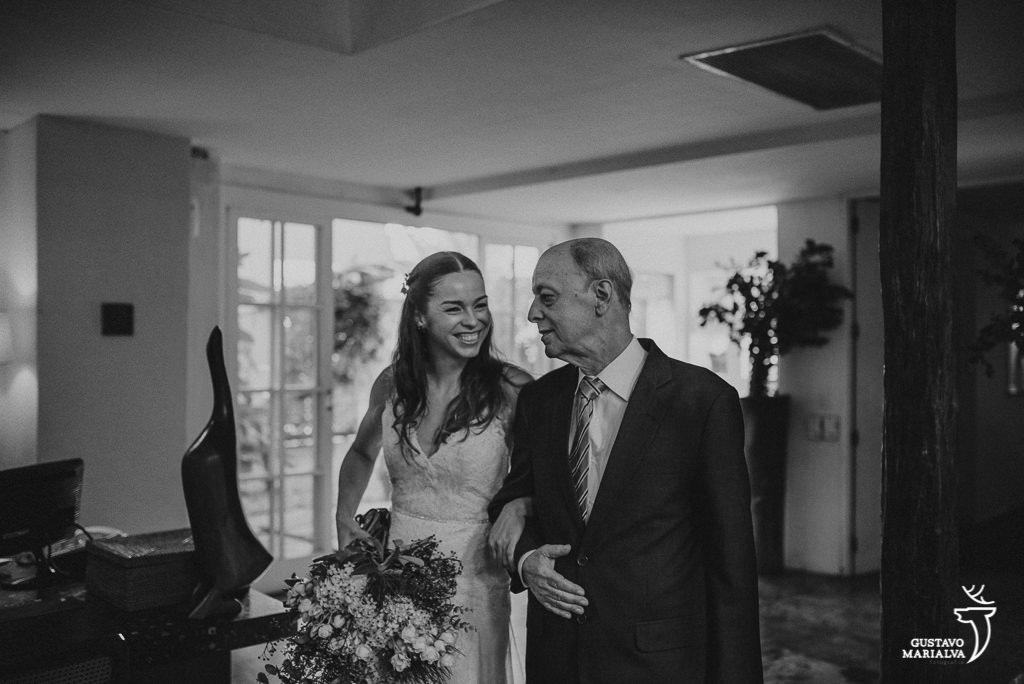 Noiva e pai sorrindo