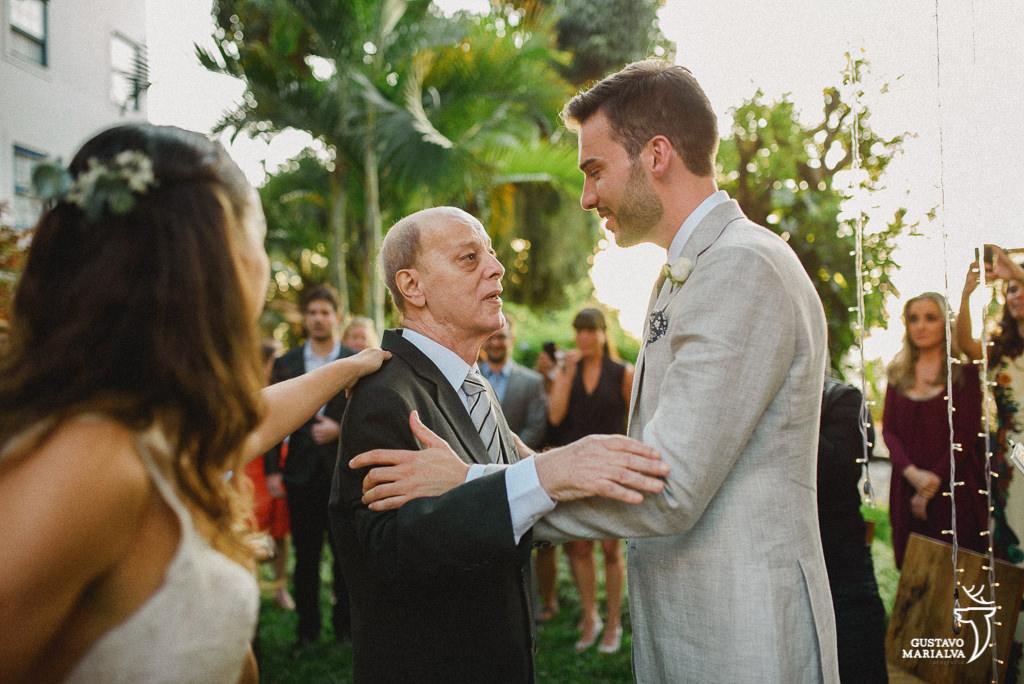 Pai abraçando o noivo