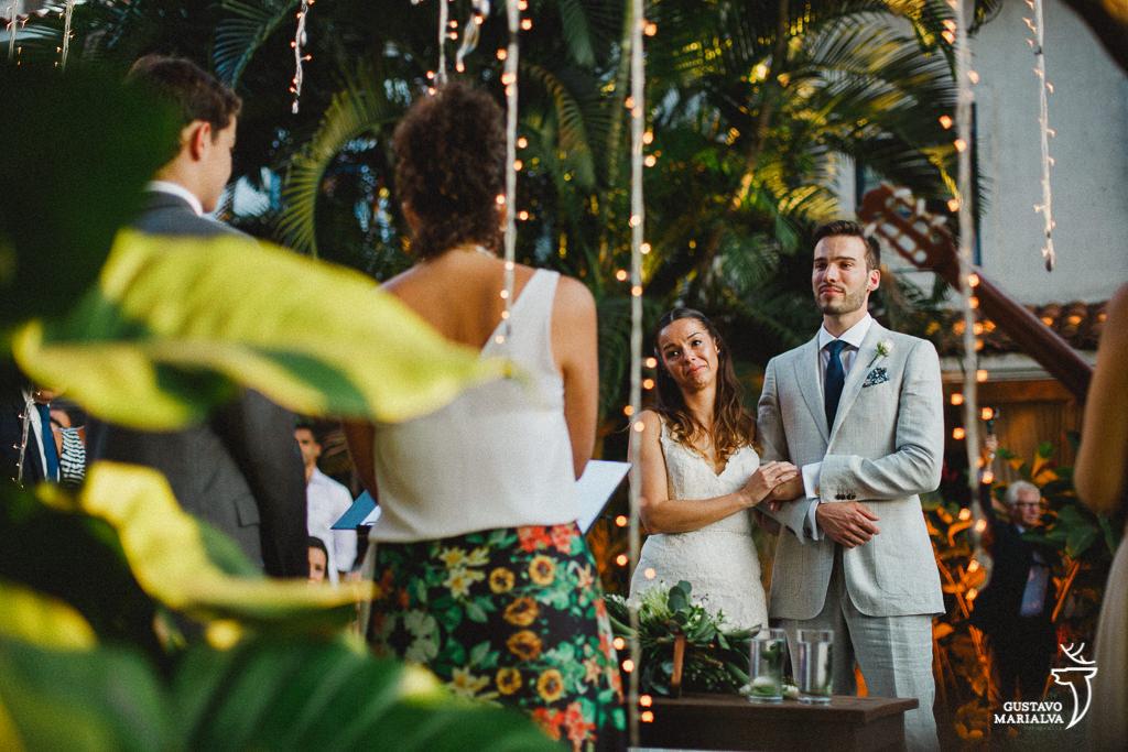 Noivos emocionados em cerimônia de casamento