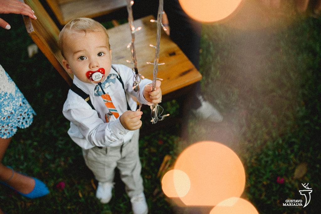 criança brincando com luzes de natal