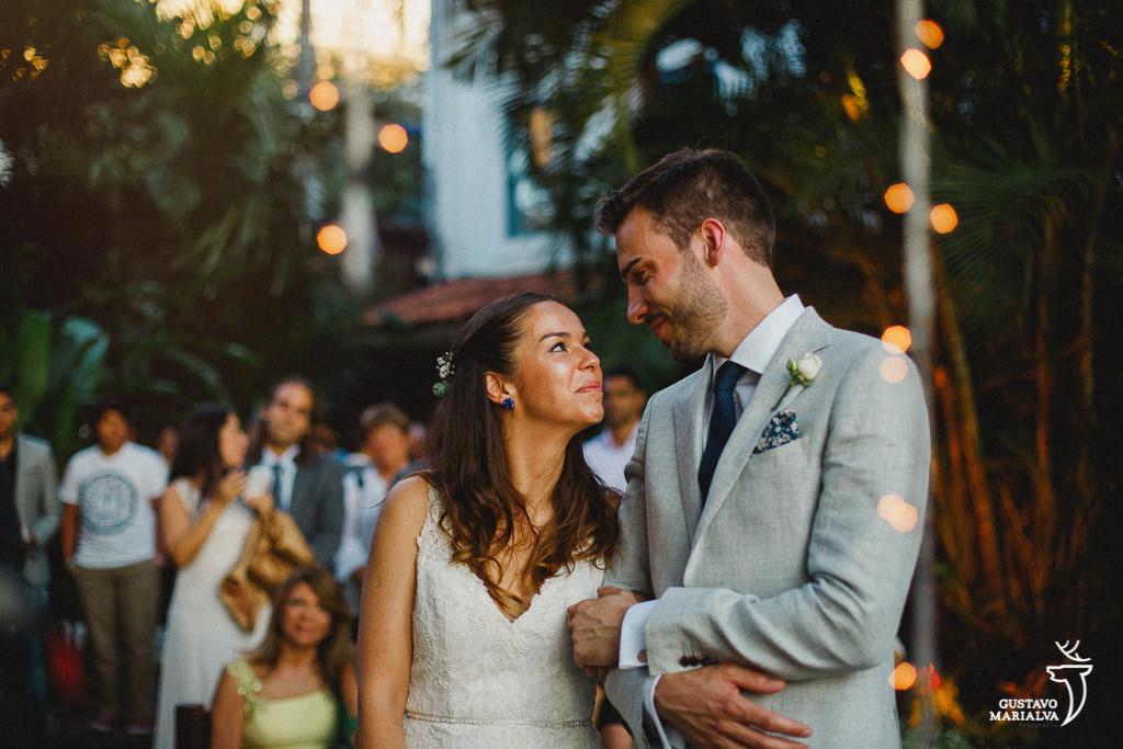 noivos se olhando durante a cerimônia de casamento