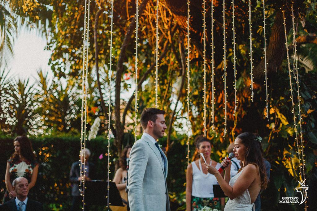 Noivos trocando voto durante a cerimônia de casamento