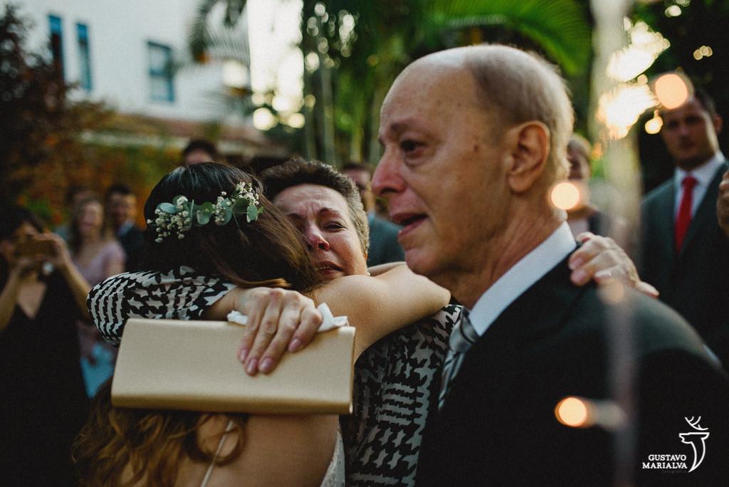 Noiva abraçando os pais