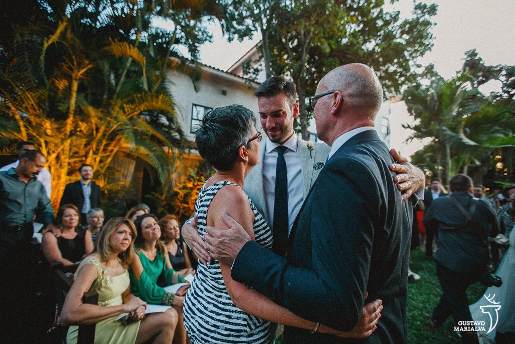 noivo abraçando os pais