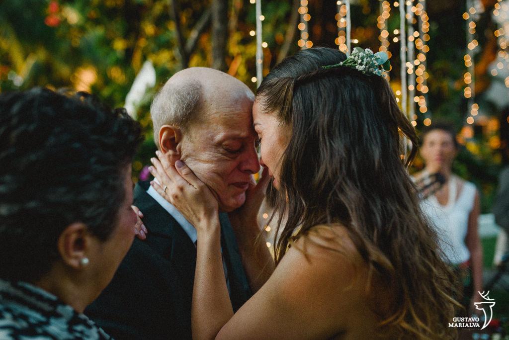 noiva e pai emocionados