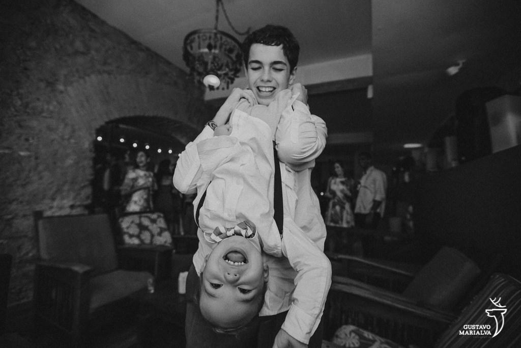 Irmãos dançando