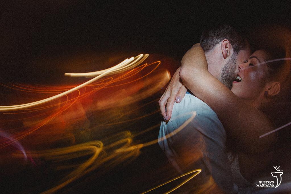 noivos se abraçando na festa de casamento