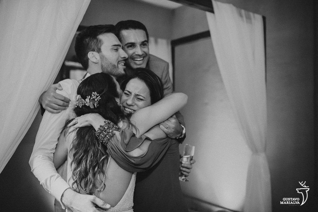 amigos se abraçando festa de casamento