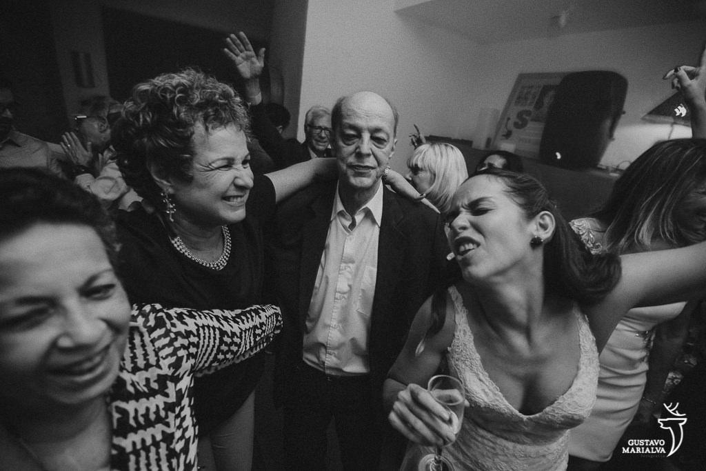 Pais e noiva dançando festa de casamento