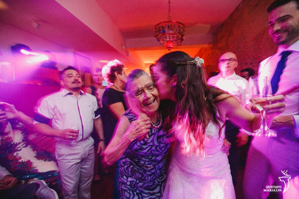 Noiva beijando a avó na festa de casamento