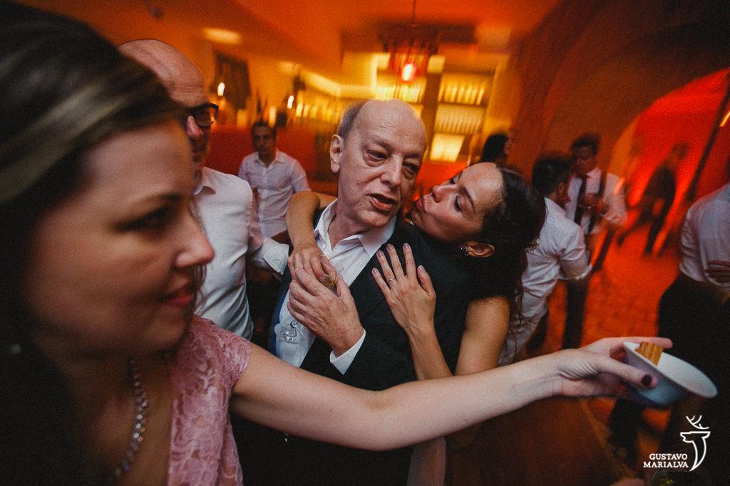 Noiva dançando com o pai na festa de casamento