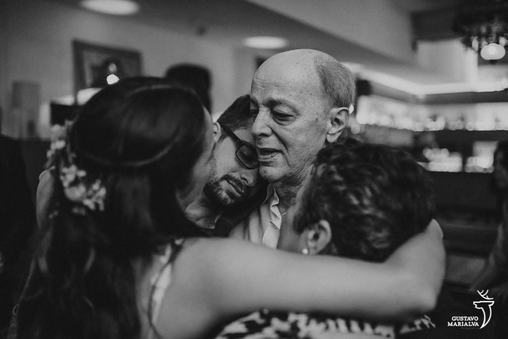 Família se abraçando na festa de casamento