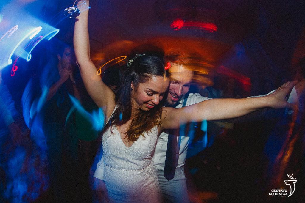 Noivos dançando felizes na festa de casamento