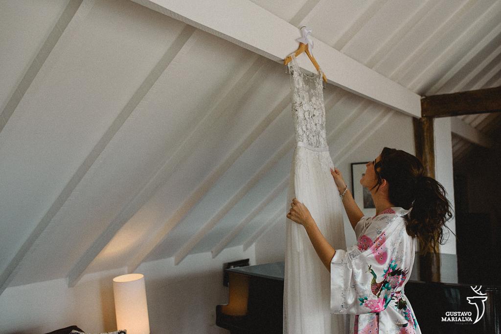 noiva arrumando o vestido no making of do casamento