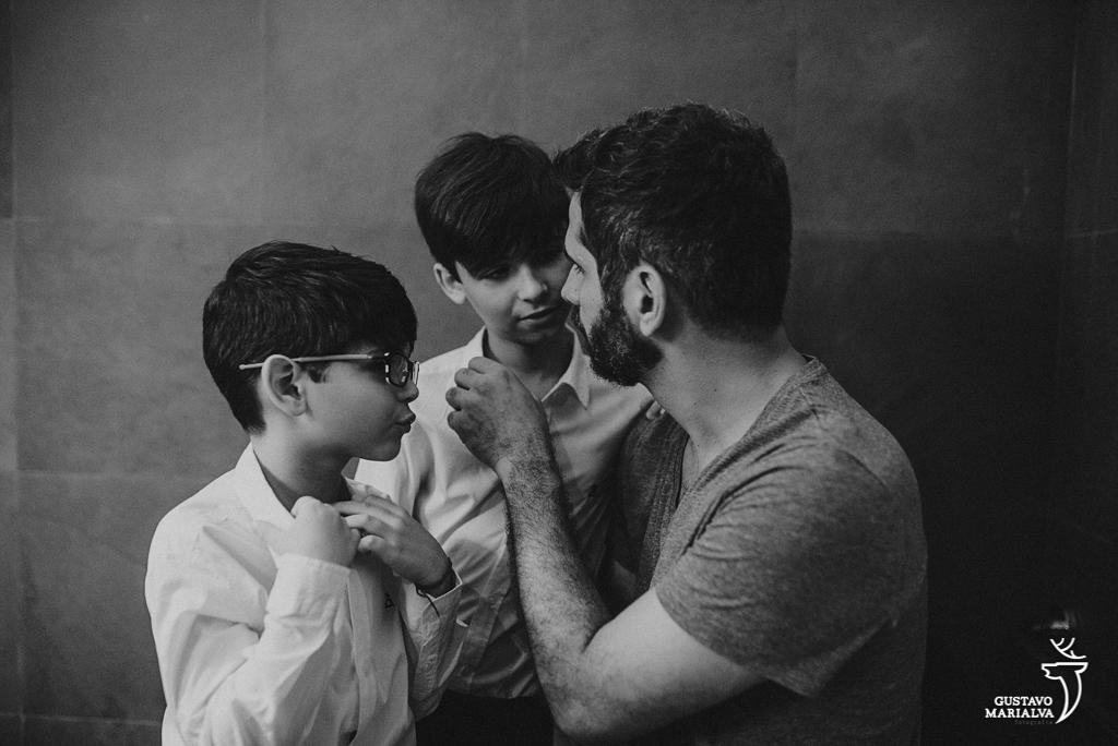noivo arrumando os filhos no making of do casamento