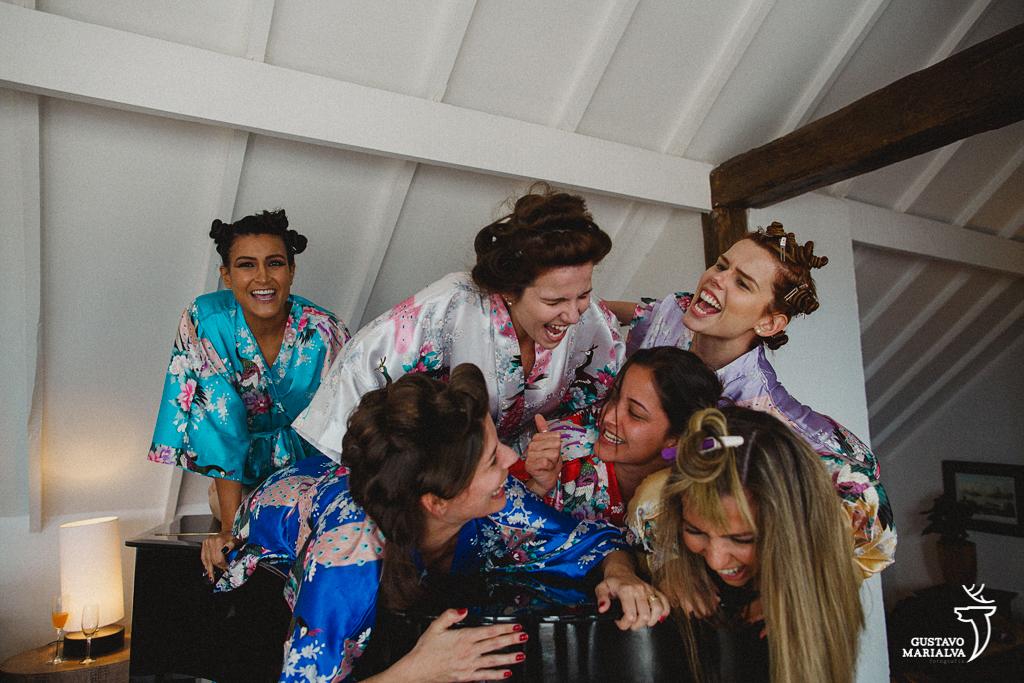 Noiva e madrinhas brincando no making of do casamento