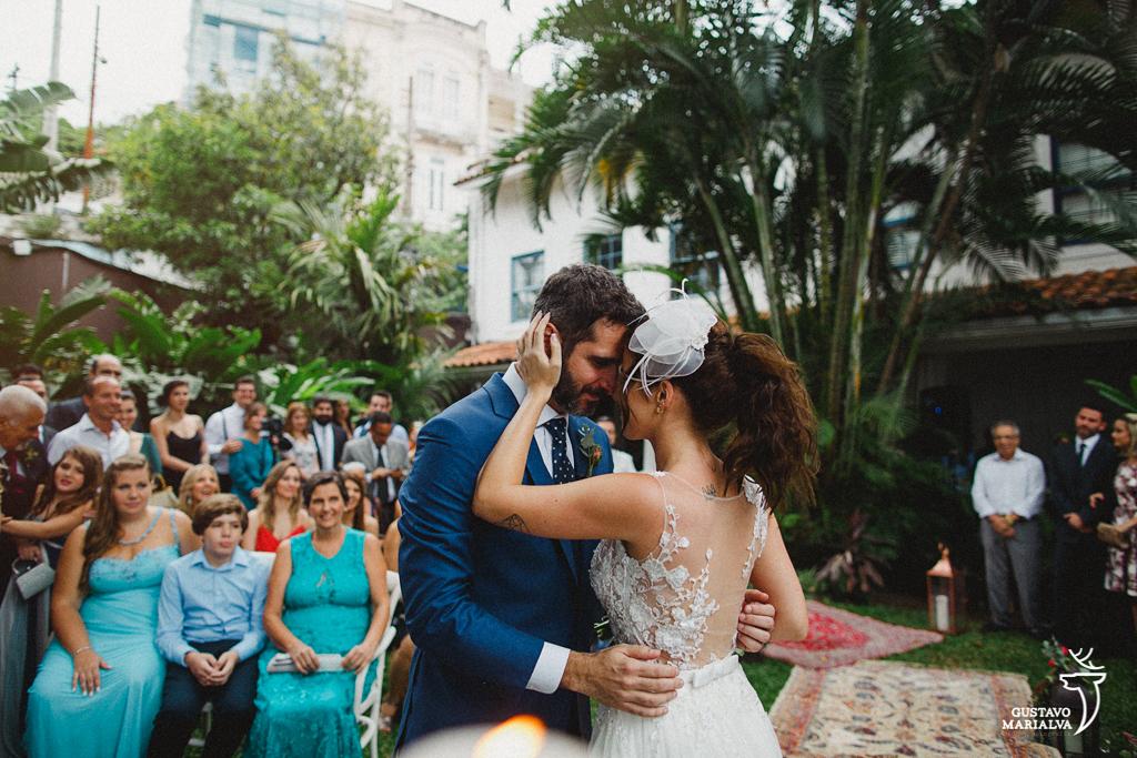 noivos trocando carinho na cerimônia de casamento