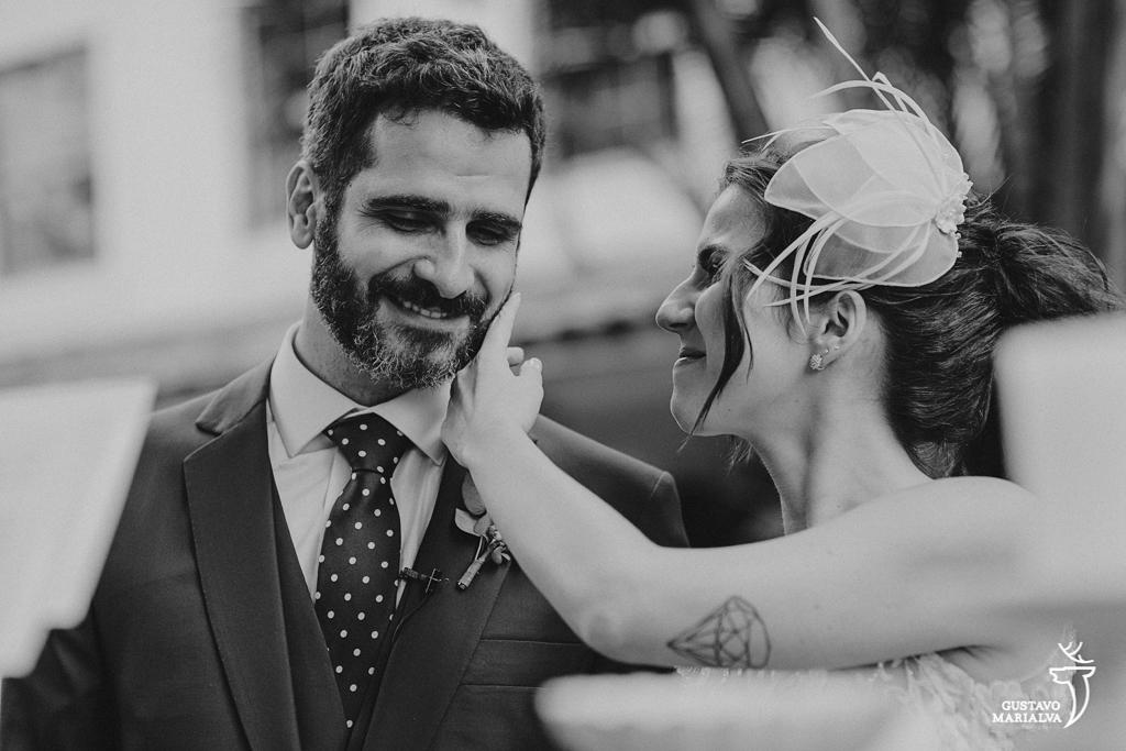 noiva fazendo carinho no noivo na cerimônia de casamento
