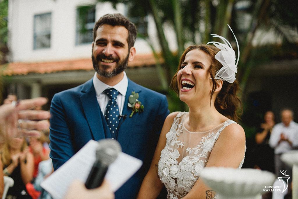 noivos rindo na cerimônia de casamento