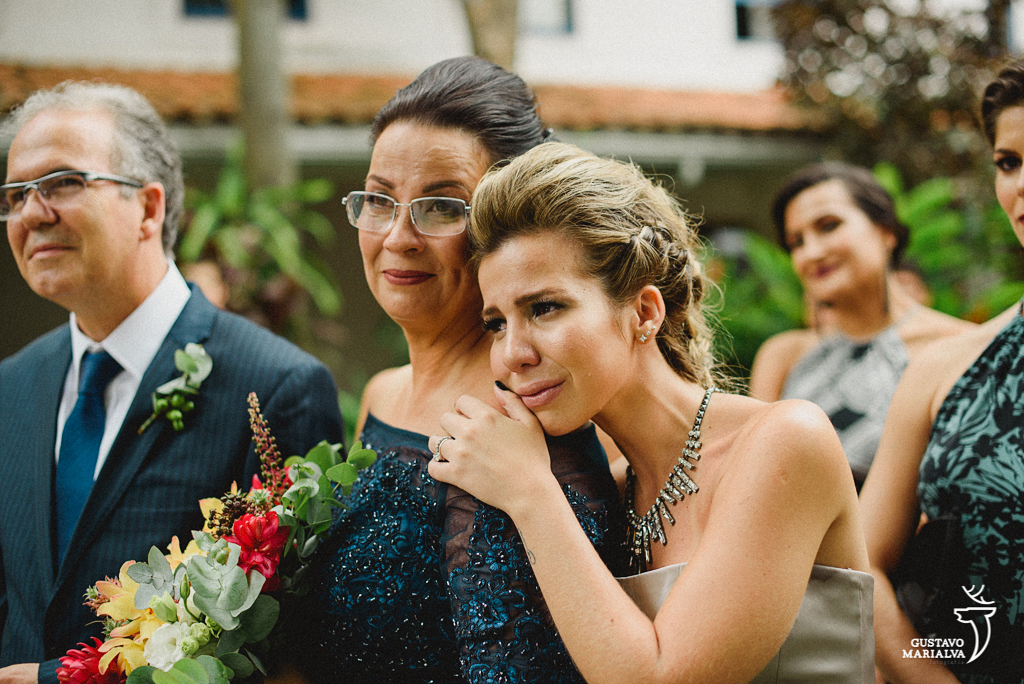 mãe e irmã da noiva chorando