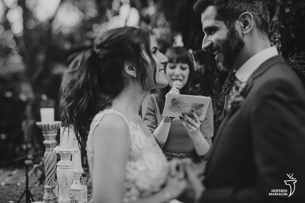 noivos se olhando na cerimônia de casamento