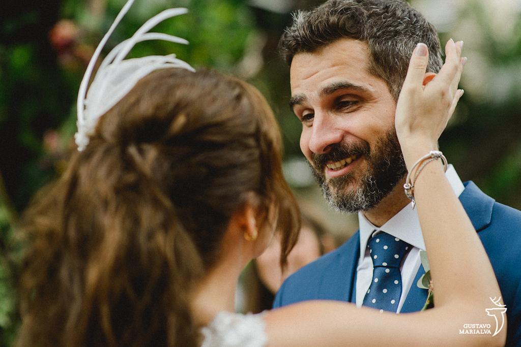 noivo sorrindo na cerimônia de casamento