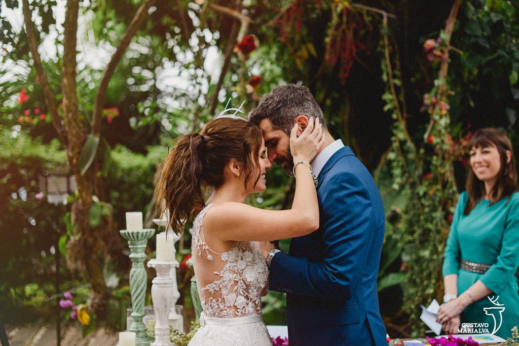 noivos emocionados na cerimônia de casamento