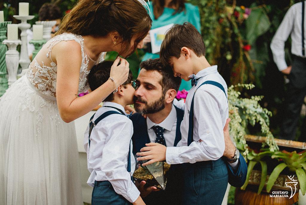 filhos do noivo entrando com as alianças