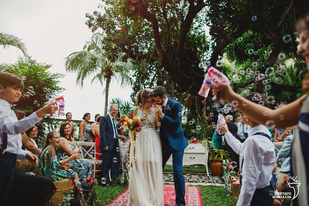 noivos saindo da cerimônia de casamento