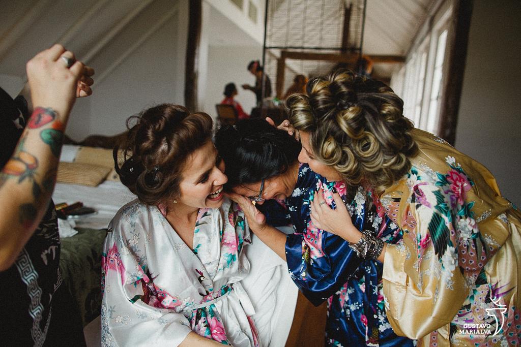 noiva, irmã e mãe chorando no making of do casamento