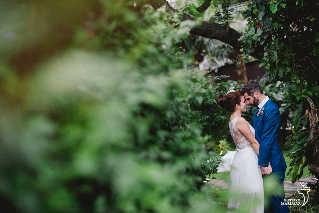noivos namorando durante os retratos do casamento