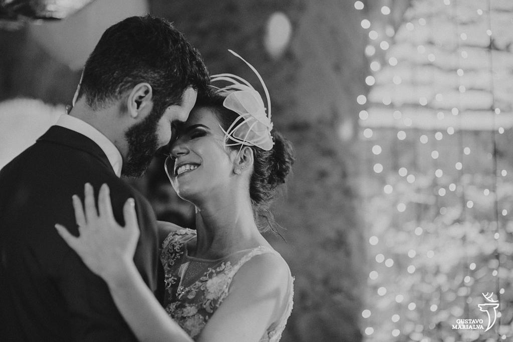 noivos namorando durante a primeira dança