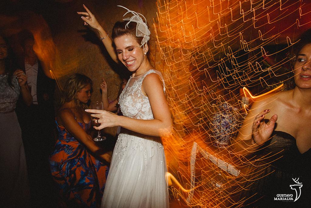 noiva animada na festa de casamento