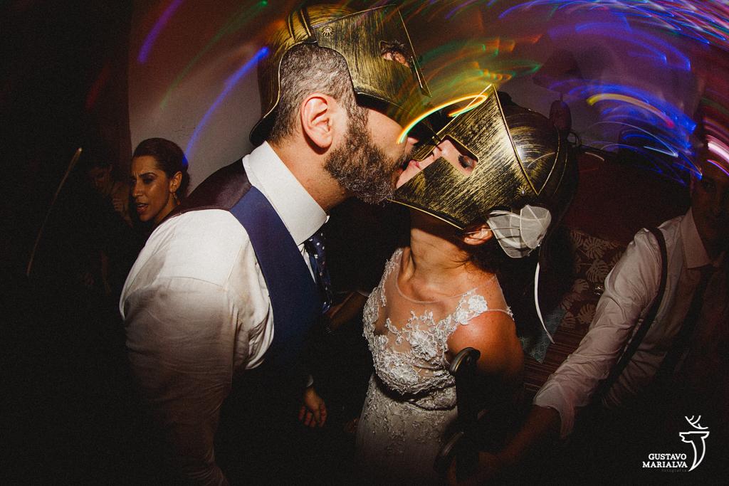 noivos se beijando com máscara