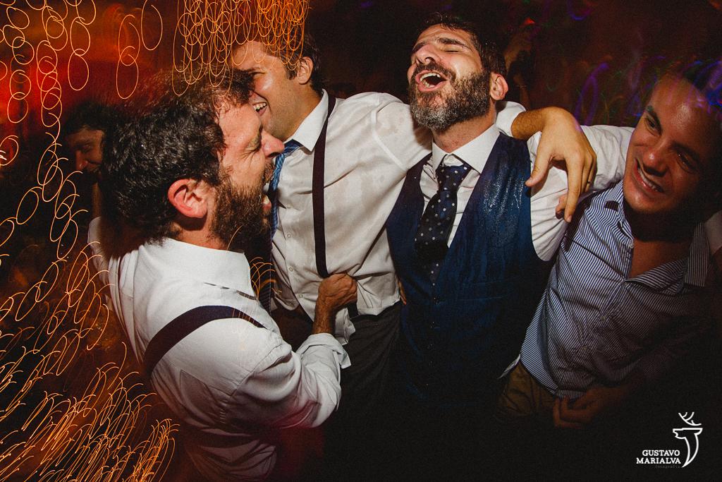 noivo e convidados na festa de casamento