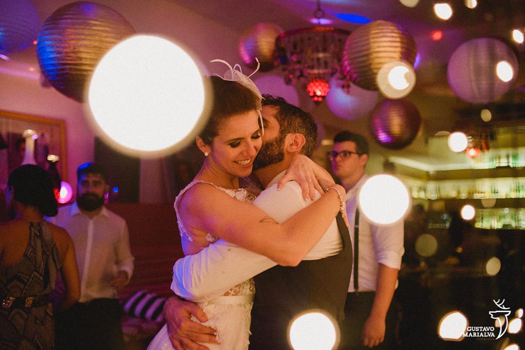 noivos namorando na festa de casamento
