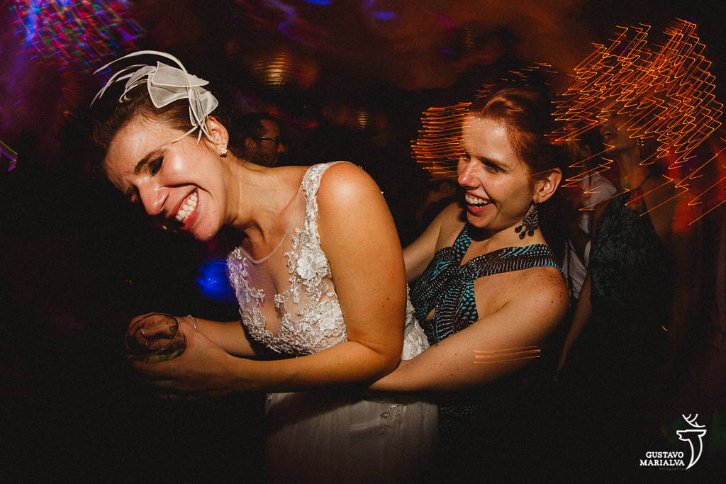 convidada carregando a noiva no colo
