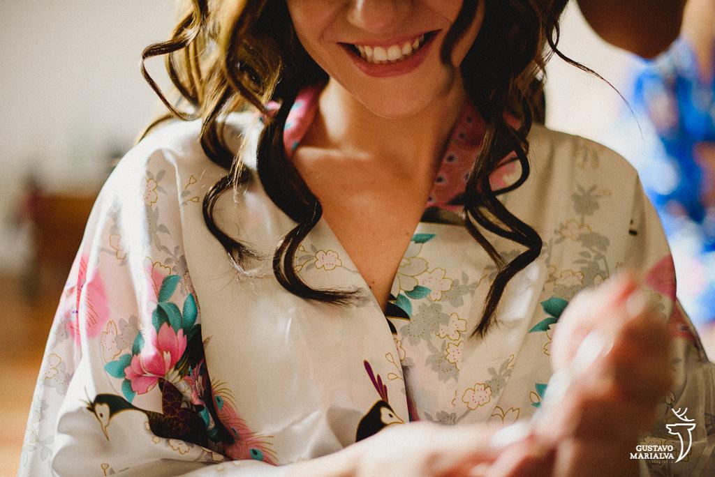 noiva sorrindo no making of do casamento